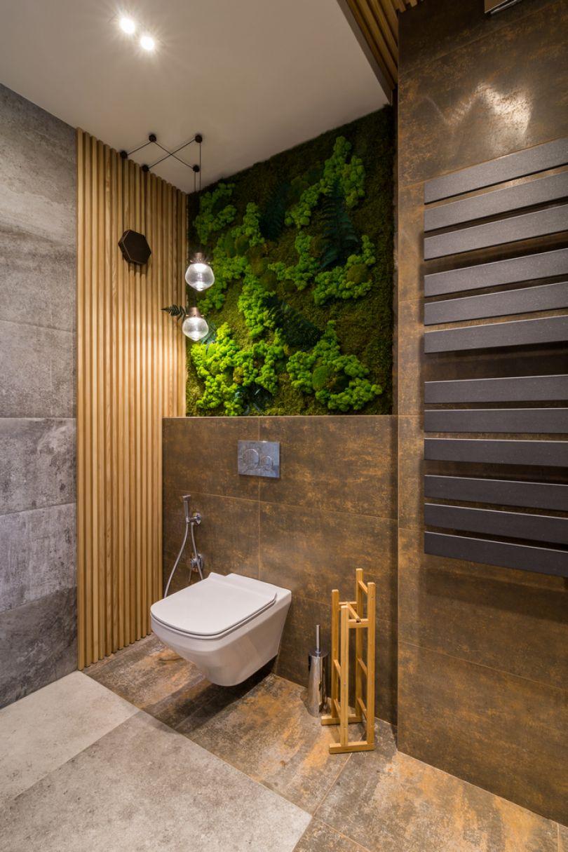 Деревянные рейки в ванной со стабилизированными растениями