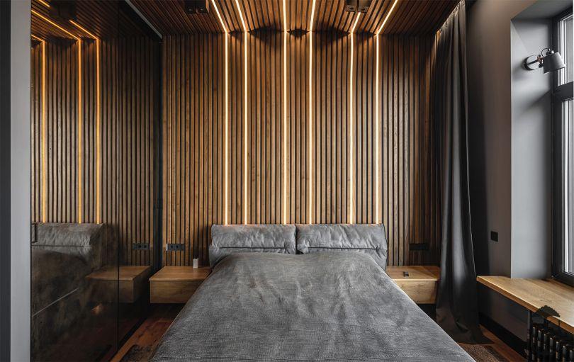 деревянные панели в отделке потолка и стен с подсветкой