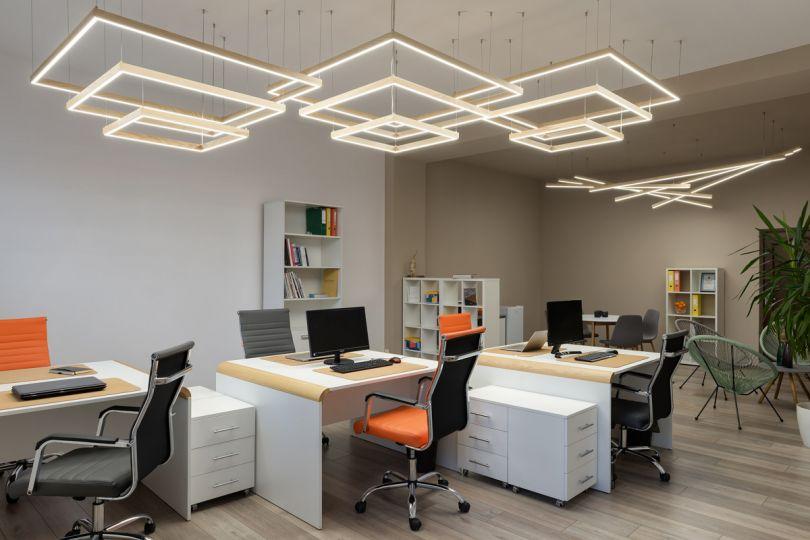 деревянный светильник в интерьере офиса
