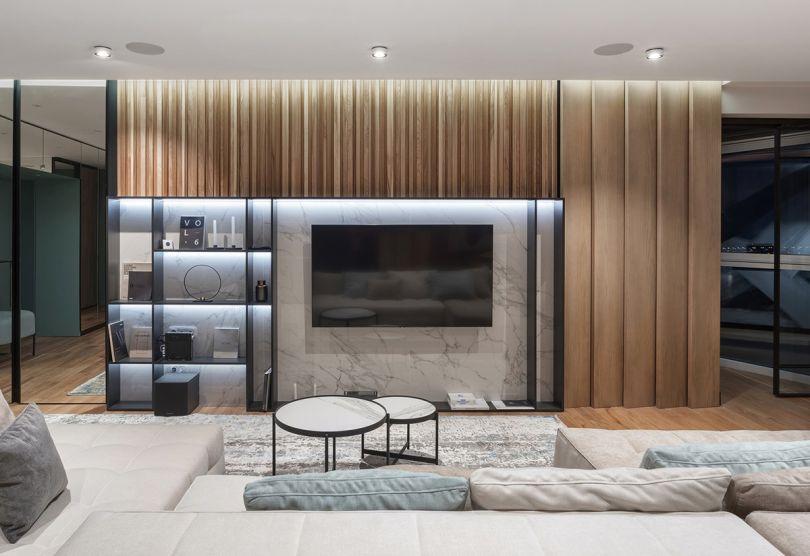деревянные панели с подсветкой в интерьере гостиной
