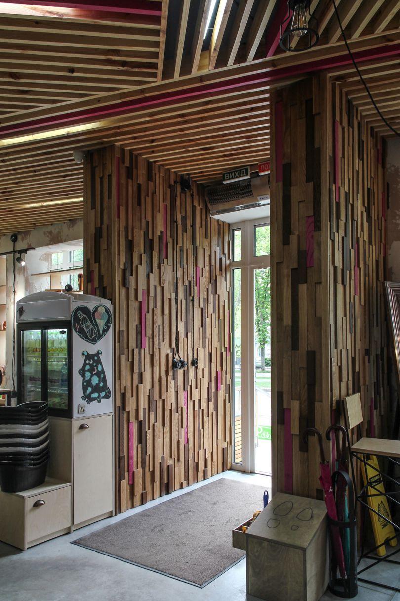 стеновые панели из дерева в декоре магазина